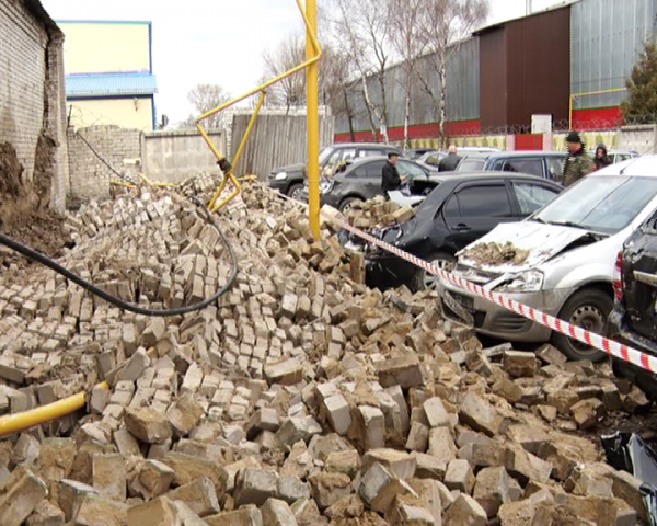 Восемь машин повреждены из-за падения кирпичной стены в Нижнем Новгороде
