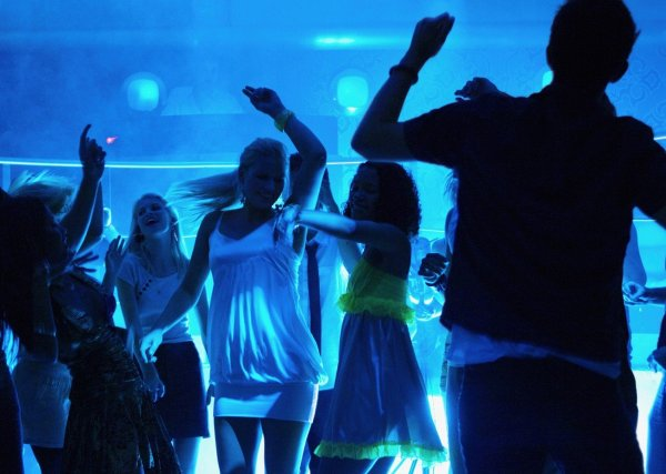 В Красноярске мать пришла в ночной клуб с маленькой дочкой