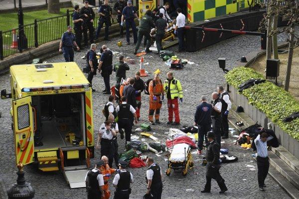 СМИ: В Манчестере автомобиль врезался в толпу людей