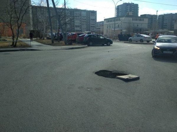 В Екатеринбурге двухметровая яма на дороге угрожает жизням водителей