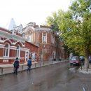 И-за прорыва водопровода в Ростове Lada провалилась под асфальт