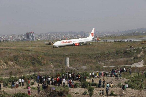 В аэропорту Катманду за пределы ВПП выкатился самолет