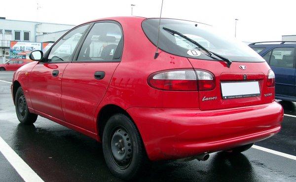 В Воронеже автомобиль провалился в фекальную яму