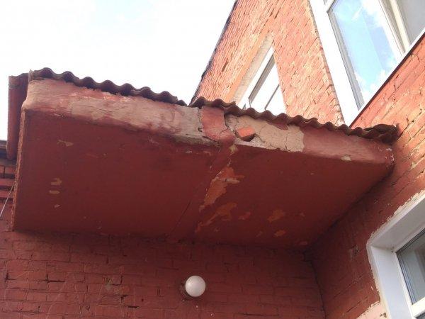 В Омске крыша детского сада в любой момент может рухнуть на головы детей