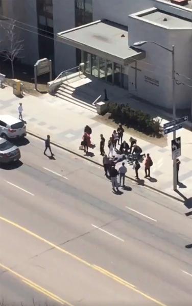 Фургон врезался в толпу людей в Торонто