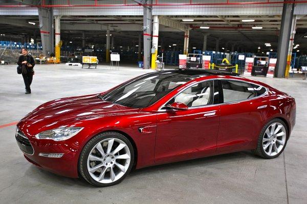 Взбесившийся автомобиль Tesla протаранил фитнес-клуб во Флориде