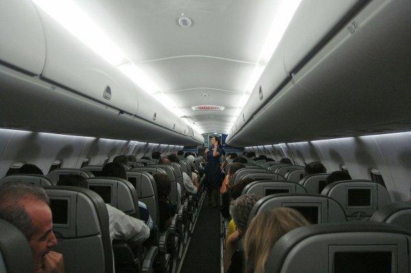 В авиалайнере из Петербурга в Архангельск начал разрушаться салон