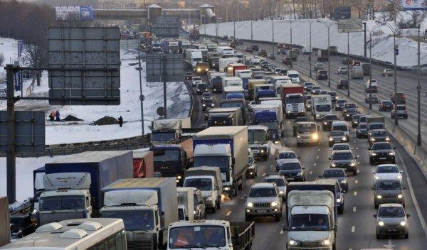 В Москве грузовик влетел в две