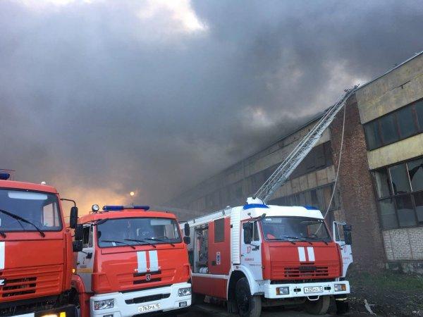 Во Владикавказе горит крыша гипсокартонного цеха