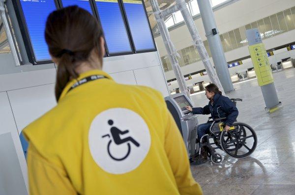 В США в самолете 53-летнего инвалида привязали к креслу и попросили заткнуться