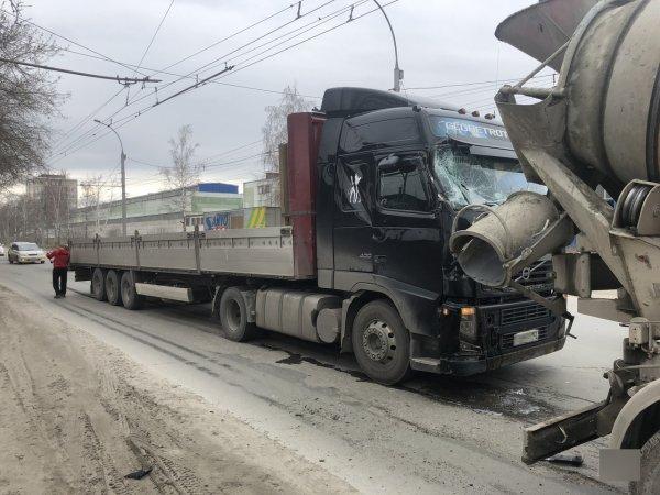 В Новосибирске фура врезалась в бетономешалку