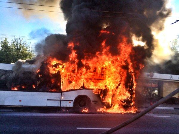 В Томске на месте бывшего завода сгорели три автобуса