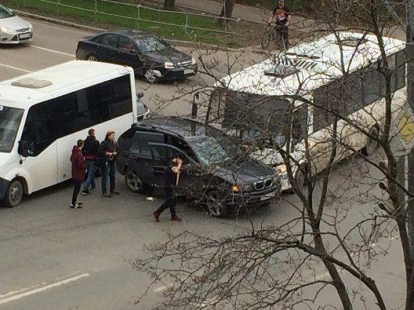 В Подмосковье автобус столкнулся с BMW X5