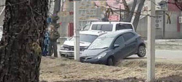 В Приморье две автомобилистки врезались в один столб