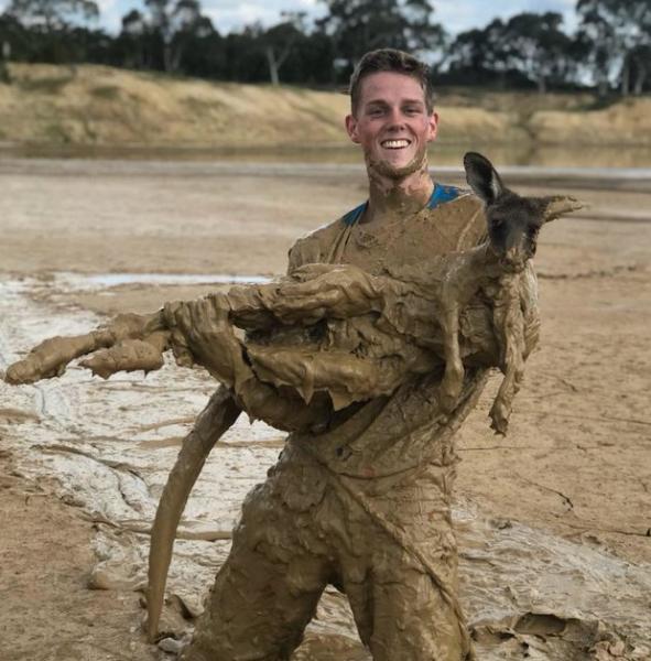 В Австралии подростки спасли кенгуру из засыхающей грязи