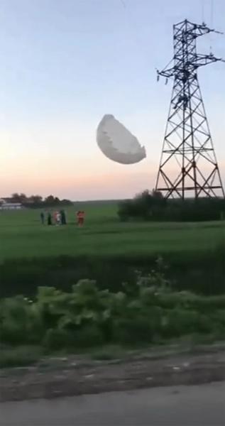 В Украине парашютист чудом спасся после падения на высоковольтные провода