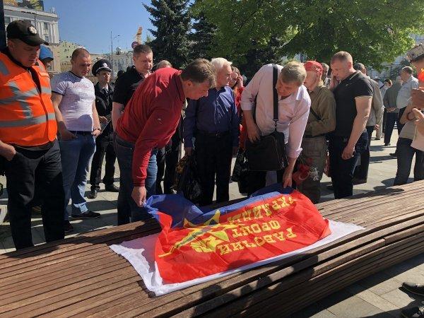 Участника митинга в Харькове по случаю 1 мая забросали кефиром