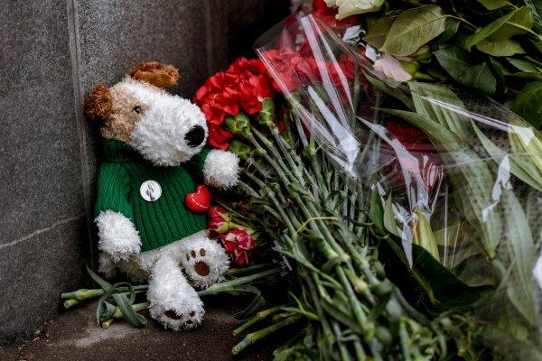 Кемеровчане идут к мемориалу у