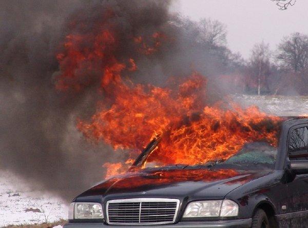 В Кемерово на проезжей части загорелся автомобиль