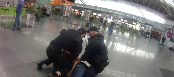 Полиция задержала во Владивостоке мужчину, который дебоширил в самолете