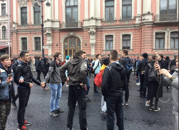 В Петербурге митингующие перекрыли Невский проспект, начались задержания