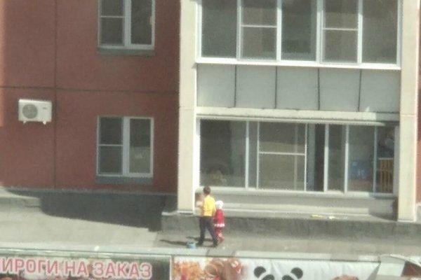 В Челябинске очевидцы засняли дошкольников на крыше многоэтажки