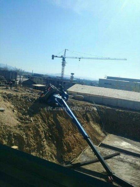 Строительный кран рухнул в яму в Улан-Удэ