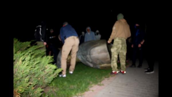 «Доморощенные декоммунизаторы» попытались ночью снести бюст Жукову в Харькове