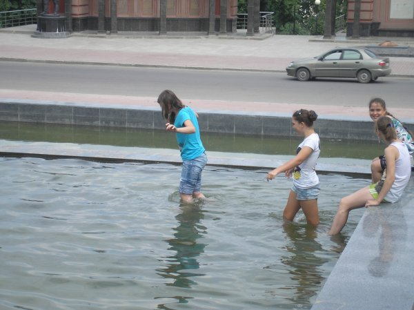В Смоленске подростки начали купаться в фонтане