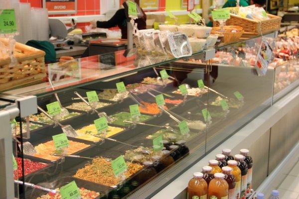 В Челябинске 26 человек отравились салатами в