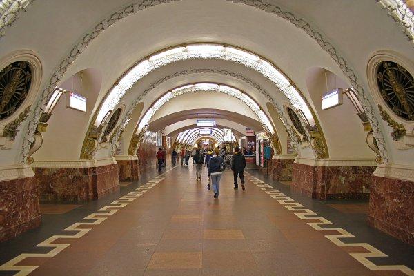 На станции метро «Гостиный двор» в Петербурге неизвестные распылили газовый баллончик