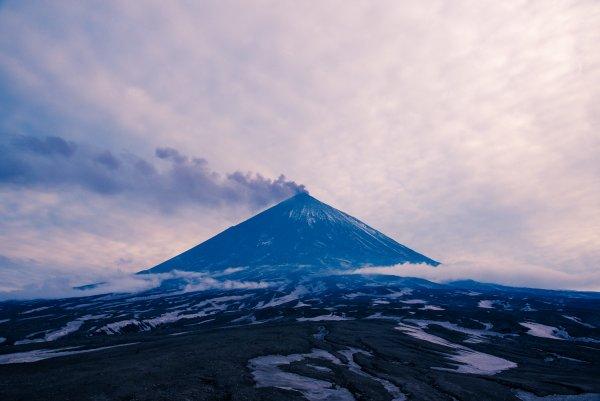 На Камчатке пробудился вулкан Ключевской и изверг столб пепла на 5,5 км