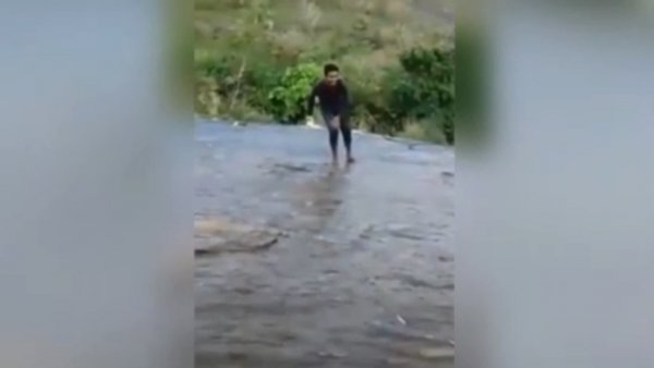 В Индии турист сорвался с водопада во время селфи