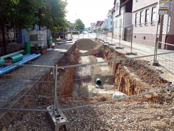 Асфальт на перекрёстке в Симферополе провалился в подземную реку