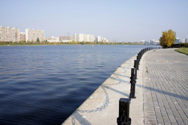 Прогулочный теплоход врезался в пришвартованный катер на Москве-реке