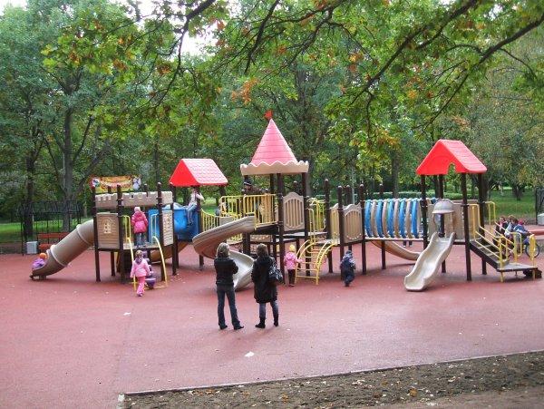 В Псковской области ребёнка убило качелями на детской площадке