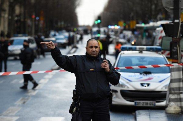 Мужчина, напавший на людей в Париже, был связан с исламистами