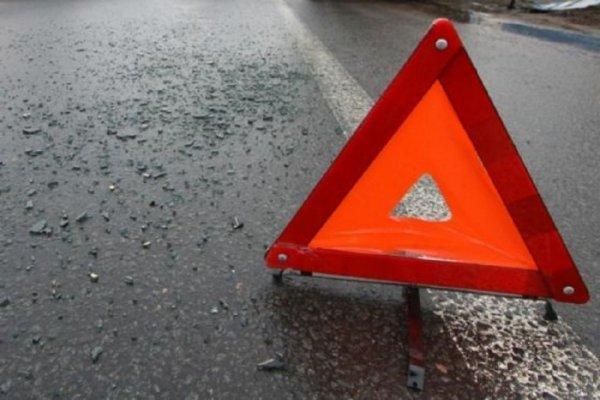В Волгограде на пешеходной зоне «повесилась» красная иномарка