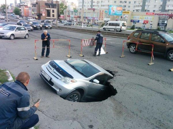 В Казани авто провалилось в яму с водой под асфальтом