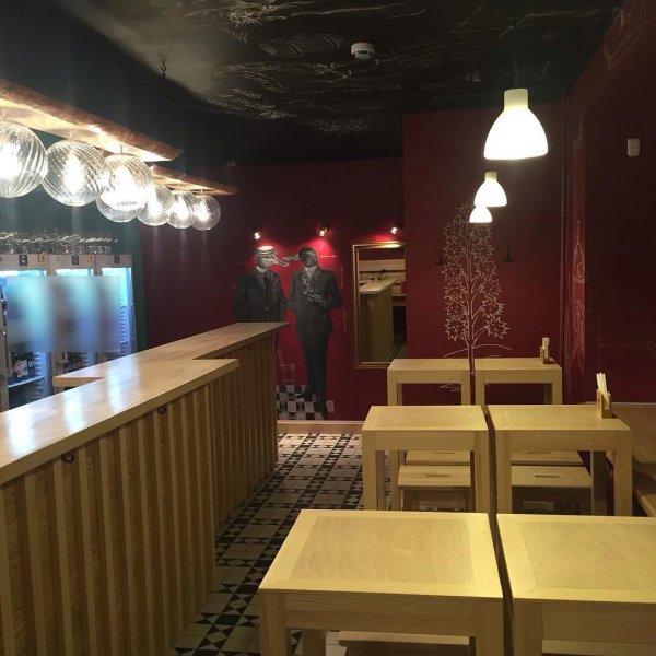 В Кемерово из-за спора девушка сидела голая в баре