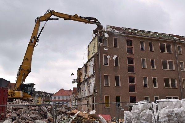 Дрон заснял детали сноса сгоревшего здания ТРЦ «Зимняя вишня» в Кемерово