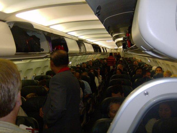 Голого дебошира пассажиры самолёта заперли в туалете
