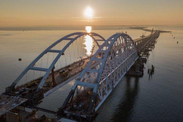 На подходах к Крымскому мосту неизвестные подожгли покрышки
