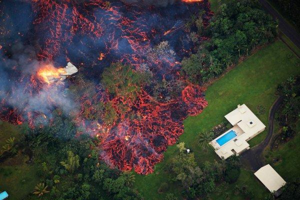 На Гавайях объявлен самый высокий уровень тревоги из-за извержения вулкана