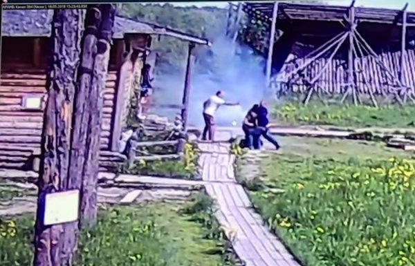 На видео попала драка москвича, вооруженного файером, с полицией