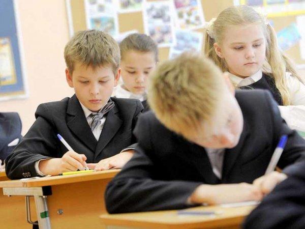 В Узбекистане директора и пятерых заместителей уволили за двойки на лбах учеников