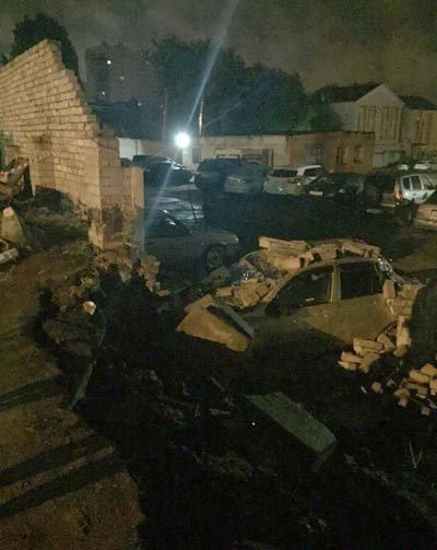 Обвал стены на транспорт на платной стоянке в Воронеже запечатлели на видео
