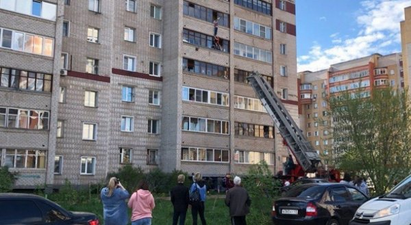 В Кирове спасли ребенка, полчаса висевшего на руках на балконе