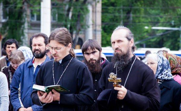 Праведный гнев: В Кишиневе священник избил патрулирующих геев полицейских