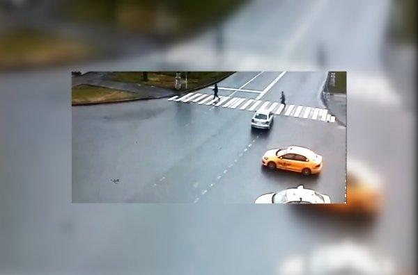 В Москве на пешеходном переходе Opel сбил туриста из Китая